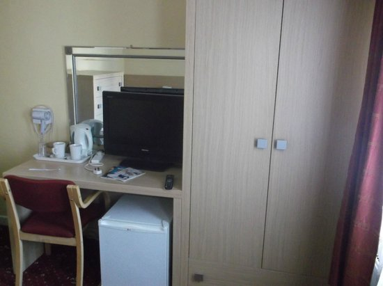 The Langham Hotel: TV And Tea/Coffe Making Facilities