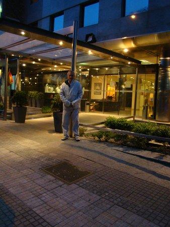 Tryp Montevideo Hotel: Vista de la entrada del hotel