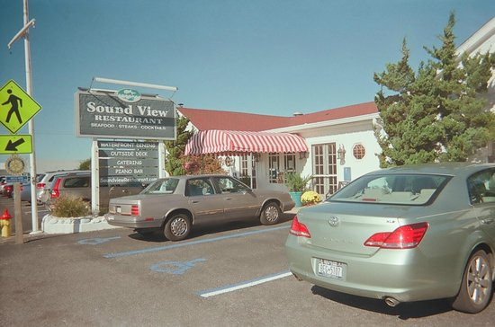 Soundview Restaurant: View of the front of the restaurant from the parking lot