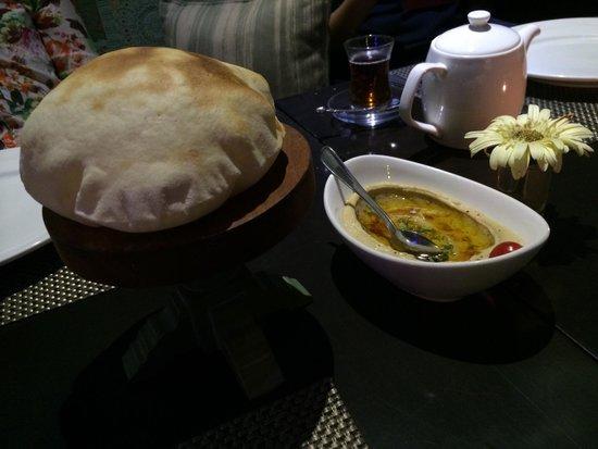 Turkuaz Restaurant: Hummus olive oil with bread