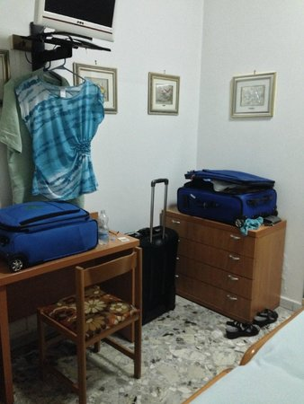 Frank Hotel: Room for suitcases in bedroom