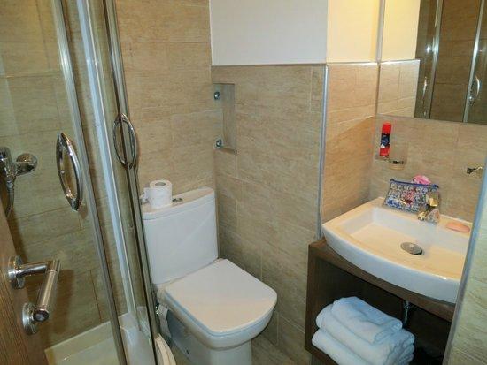 Garni Hotel Konak: A clean bathroom