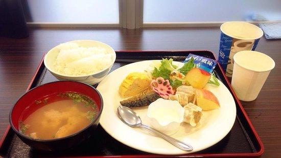 Super Hotel Takamatsu Kinenkan: 朝食はバイキング形式でした。 朝食のお時間はカップドリンクが無料��