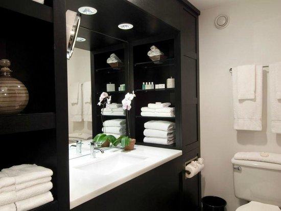 Crowne Plaza Hotel Boston - Natick : The bathroom