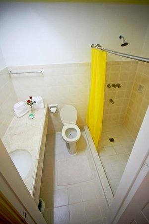 Hotel Galleria Davao : Bathroom with hot & cold shower