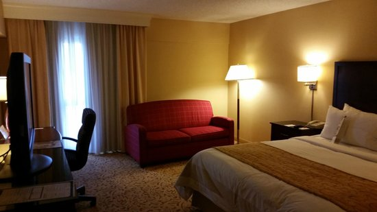 Marriott Riverside at the Convention Center: King bed suite with sofa lounge.