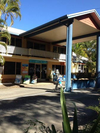 BIG4 Airlie Cove Resort & Caravan Park: Main reception to the park