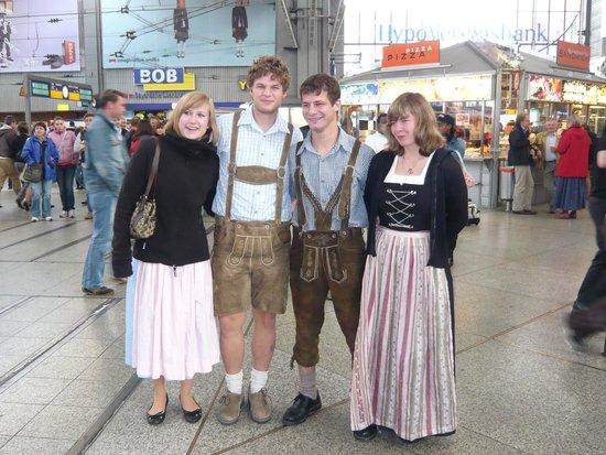 Maritim Hotel München: オクトーバーフェスト開催中の駅での民族衣装