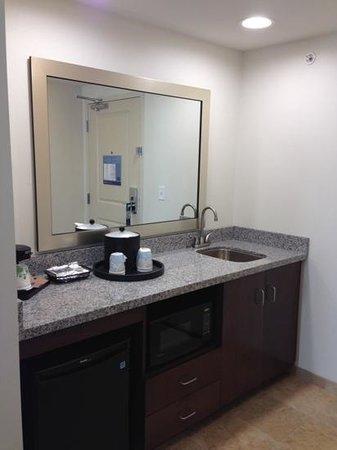 Hampton Inn & Suites Minneapolis / West-Minnetonka : mini-frig, sink, microwave in the suite