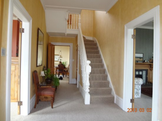 Gardens Homestay : Stairway and entryway to main floor