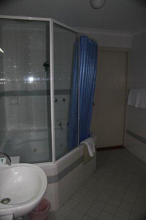Broadwater Beach Resort Busselton: Bathroom with spa bath