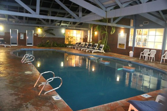 Broadwater Beach Resort Busselton: Indoor Pool at night