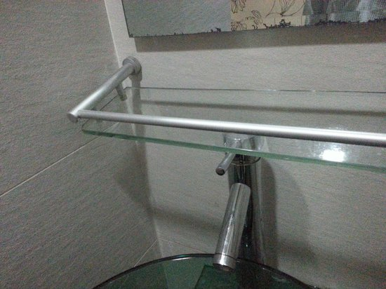Hotel Arenaa Mountbatten: Glass rack faulty asked for fix and nobody care.