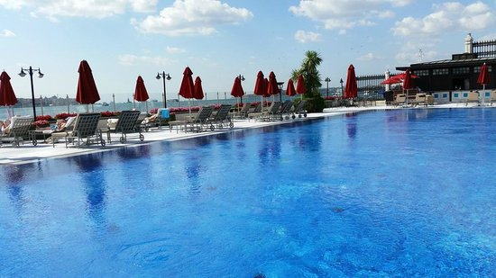 Four Seasons Istanbul at the Bosphorus: Pool area