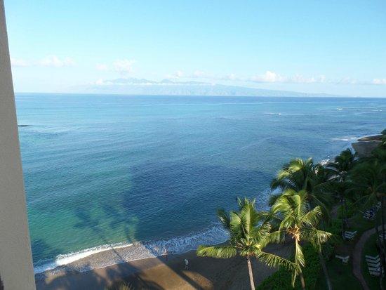 Kahana Beach Resort: Balcony view looking at the island of Moloka'i
