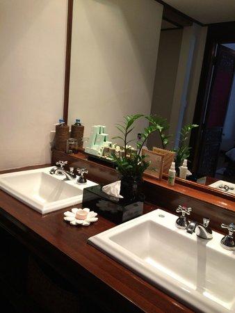 Belmond Governor's Residence: Two washing basins