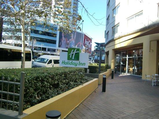 Holiday Inn Potts Point - Sydney: ホテルとコーラの看板
