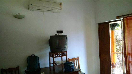 Kalapet, India: Aged small TV with old doors