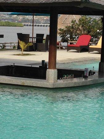 Peninsula Bay Resort: Swim up bar