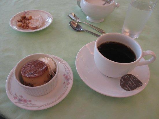 Palace Side Hotel: コーヒーと デザートのプリン&おまけのラスク