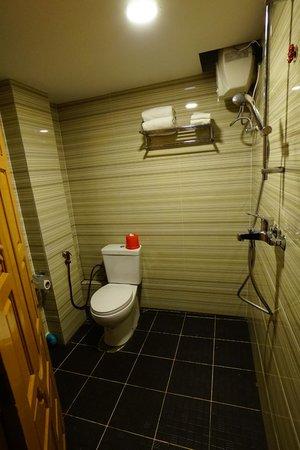 M.G.M. Hotel: シャワー・トイレ