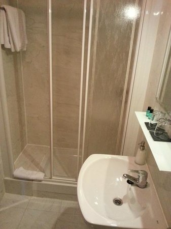 THC Bergantin Hostel: Bañera y lavavo