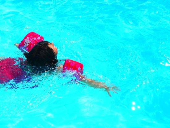 Faucigny Hotel: Detente au bord de la piscine