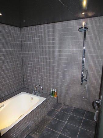5th Hotel West: バスルーム