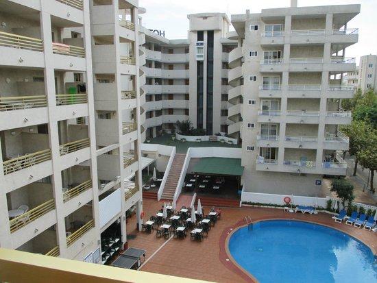 Aparthotel Best Da Vinci Royal : uitzicht vanaf het balkon op de binnenplaats met zwembad