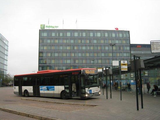 Holiday Inn Helsinki City Centre: 空港からのバスが駅に着いたところからの写真