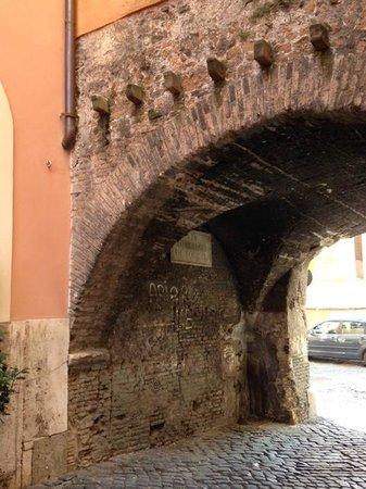 Arco del Lauro: Arco de' Tolomei (the arch)