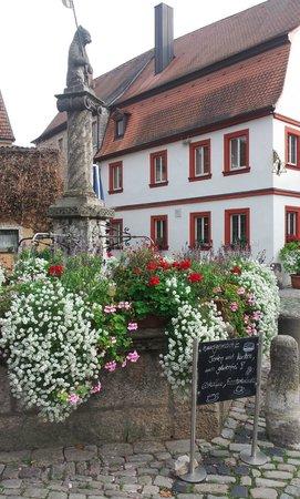 Mainbernheim, Germany: Cafe Bärenstark neben dem Bärenbrunnen