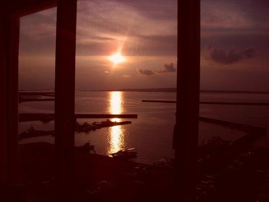 Hotel Atoll Emerald Miyakojima: 部屋から見える夕陽