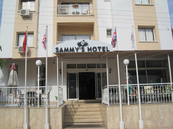 Sammy's Hotel: View of front of hotel