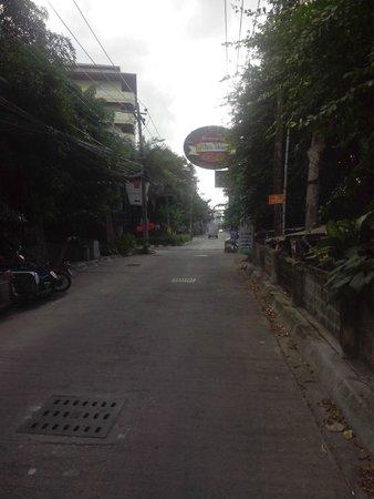 Loma Resort & Spa: тихая улица, на которой расположен отель