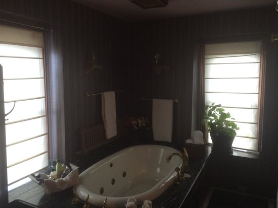 Montgomery Mansion Bed & Breakfast: jaccuzi tub