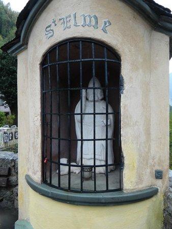 Hotel le Mirval : Oratoire au bout du pont devant l'hôtel