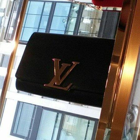 Avenue Montaigne: Purse at Louis Vuitton
