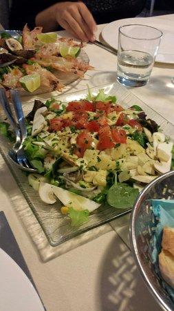 Il Vagabondo di Mare: Scampetti crudi dietro e insalatina di spinacino,lattuga,soncino,parmigiano, porcini freschi e s