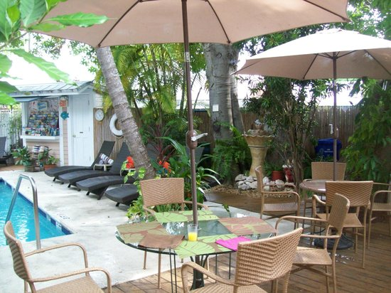 Andrews Inn and Garden Cottages: Pool area with tables, chairs, deck chairs