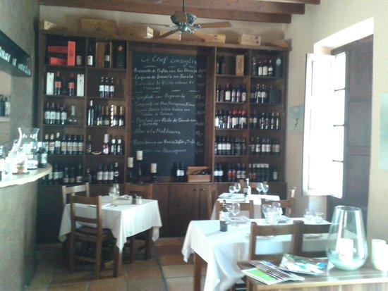 Peperoncino: Weinregal und Tagesmenütafel