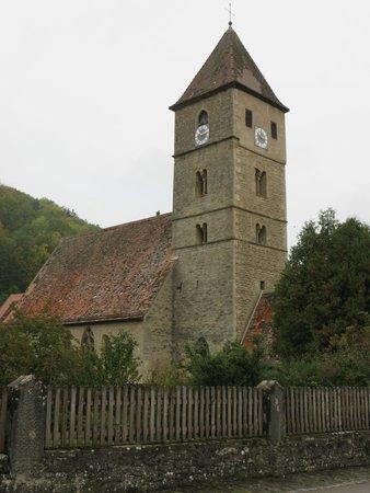 Hotel-Gasthof Schwarzes Lamm: la chiesetta romanica di San Pietro e Paolo consacrata nell'anno 968 con un altare del 1508