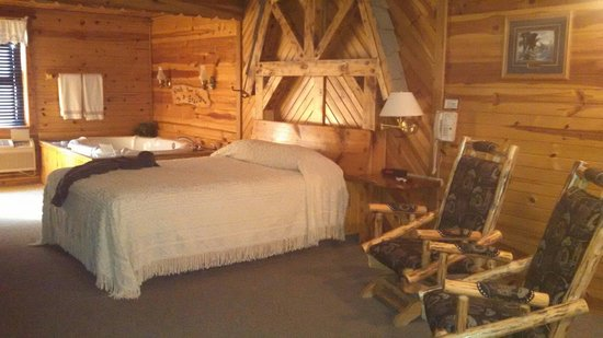 The Shack Bed and Breakfast: Hot tub, fireplace room