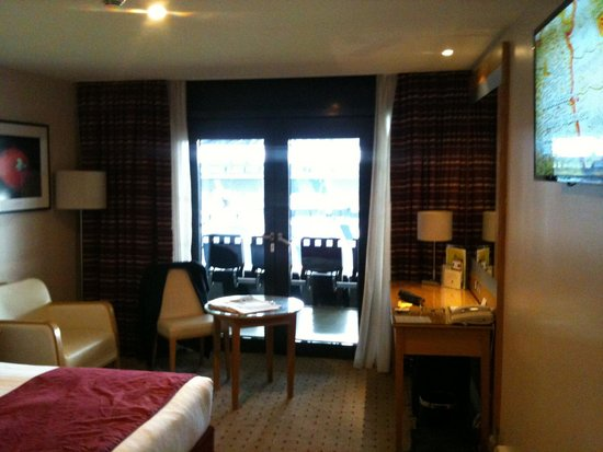 DoubleTree by Hilton Hotel Milton Keynes: The bedroom 'window' is actually a pair of double doors leading out to the seating area.