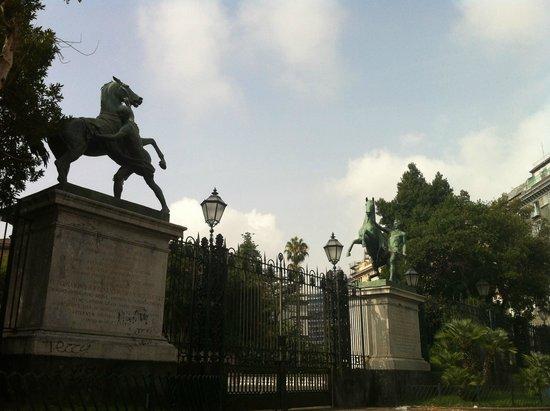 Ettore : Monumento próximo ao porto de Napoli
