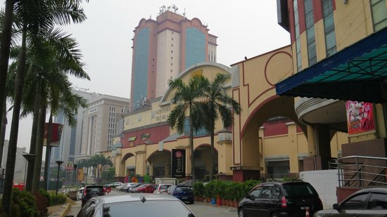 Summit Hotel Subang USJ: Shopping centre next door