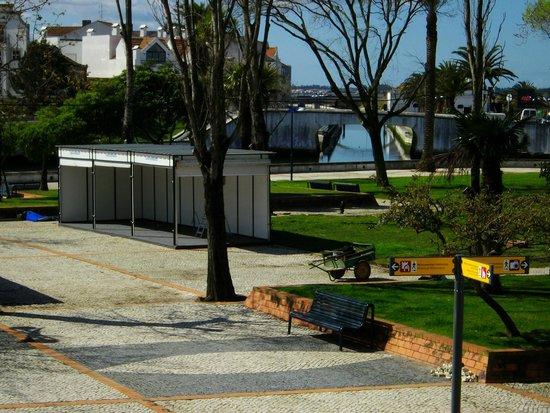 Hotel Moliceiro: Park and canal next to Moliceiro hotel, Aveiro Portugal