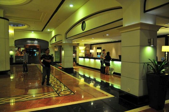 Orchard Parade Hotel by Far East Hospitality: ホテルのフロント