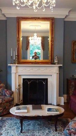 La Farge Perry House: Vista del Living room