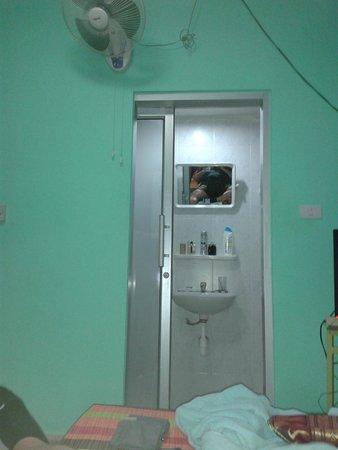 Popeye Guesthouse: door bathroom